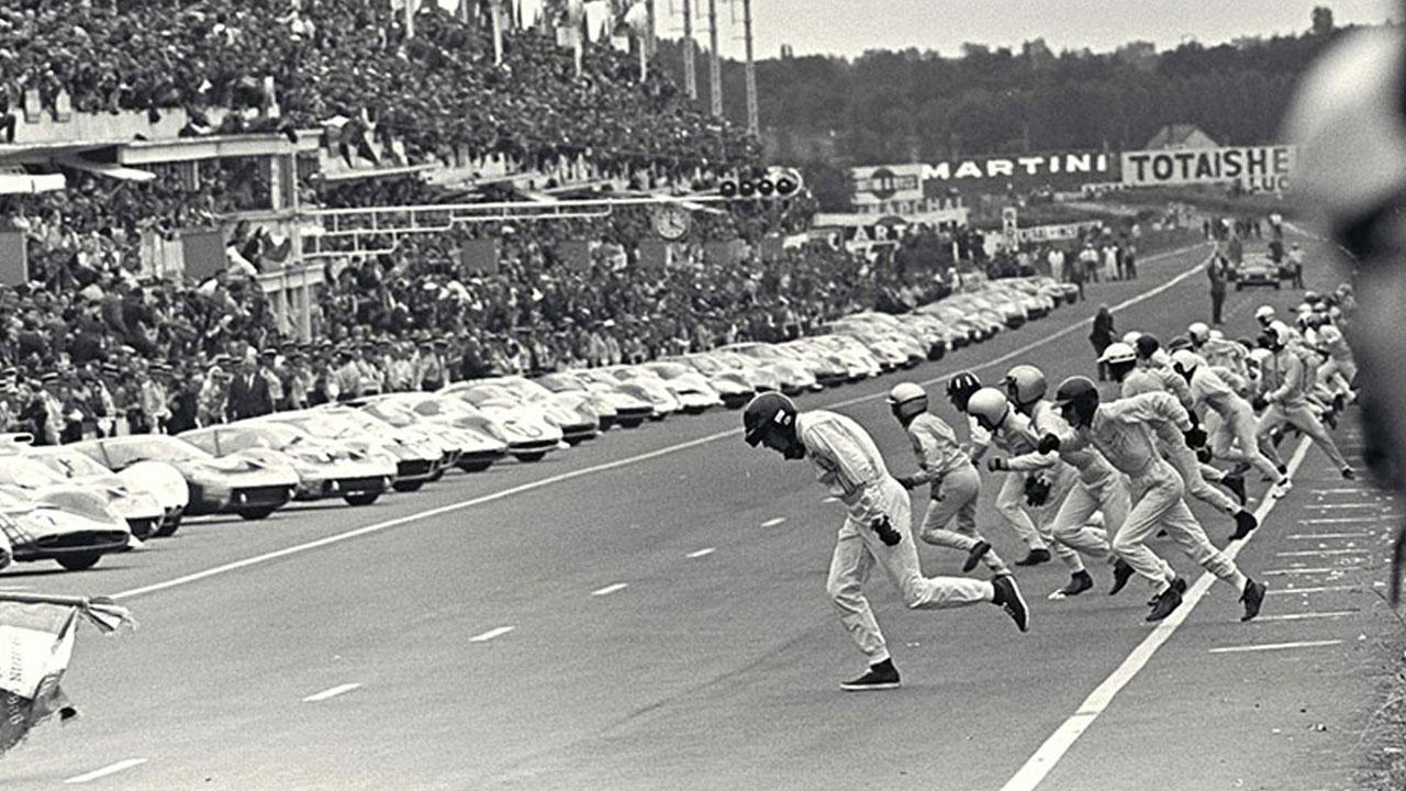 Гонщики бегут к машинам на старте