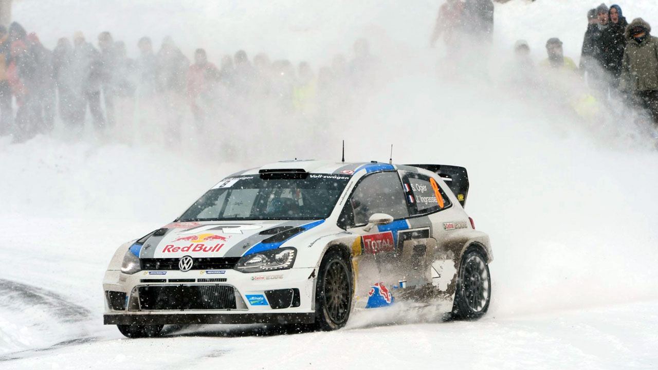 спортивный Вольксваген на снегу