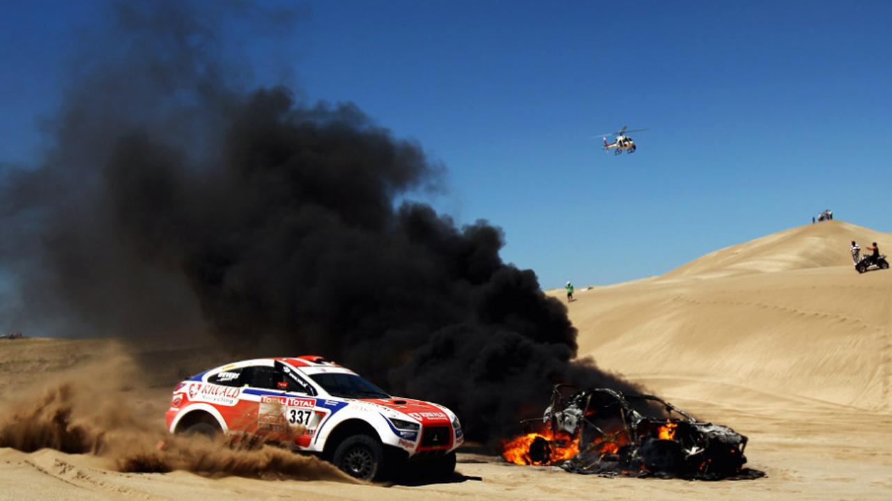 горит автомобиль в пустыне