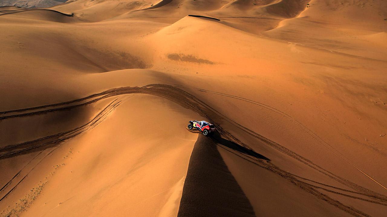 Пежо в пустыне с вертолёта