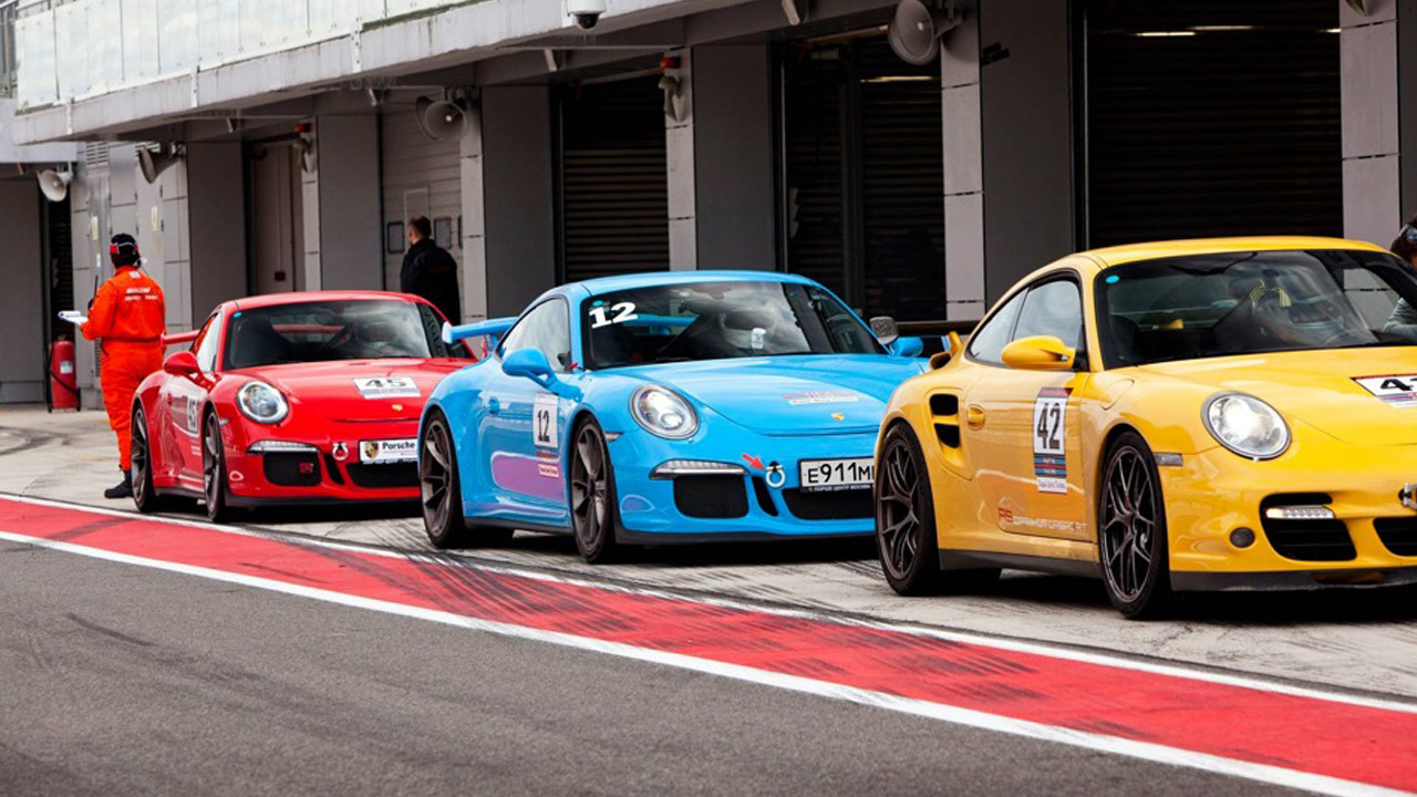 три цветные машины