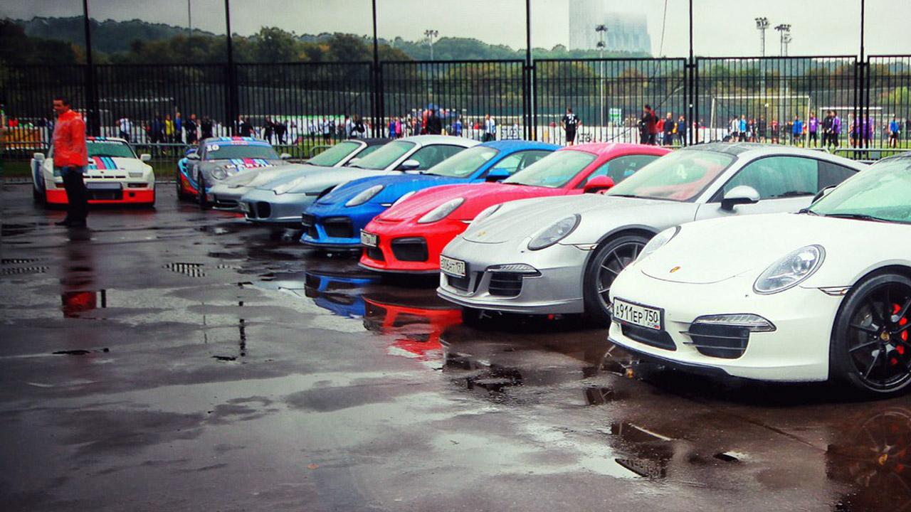 машины стоят в ряд