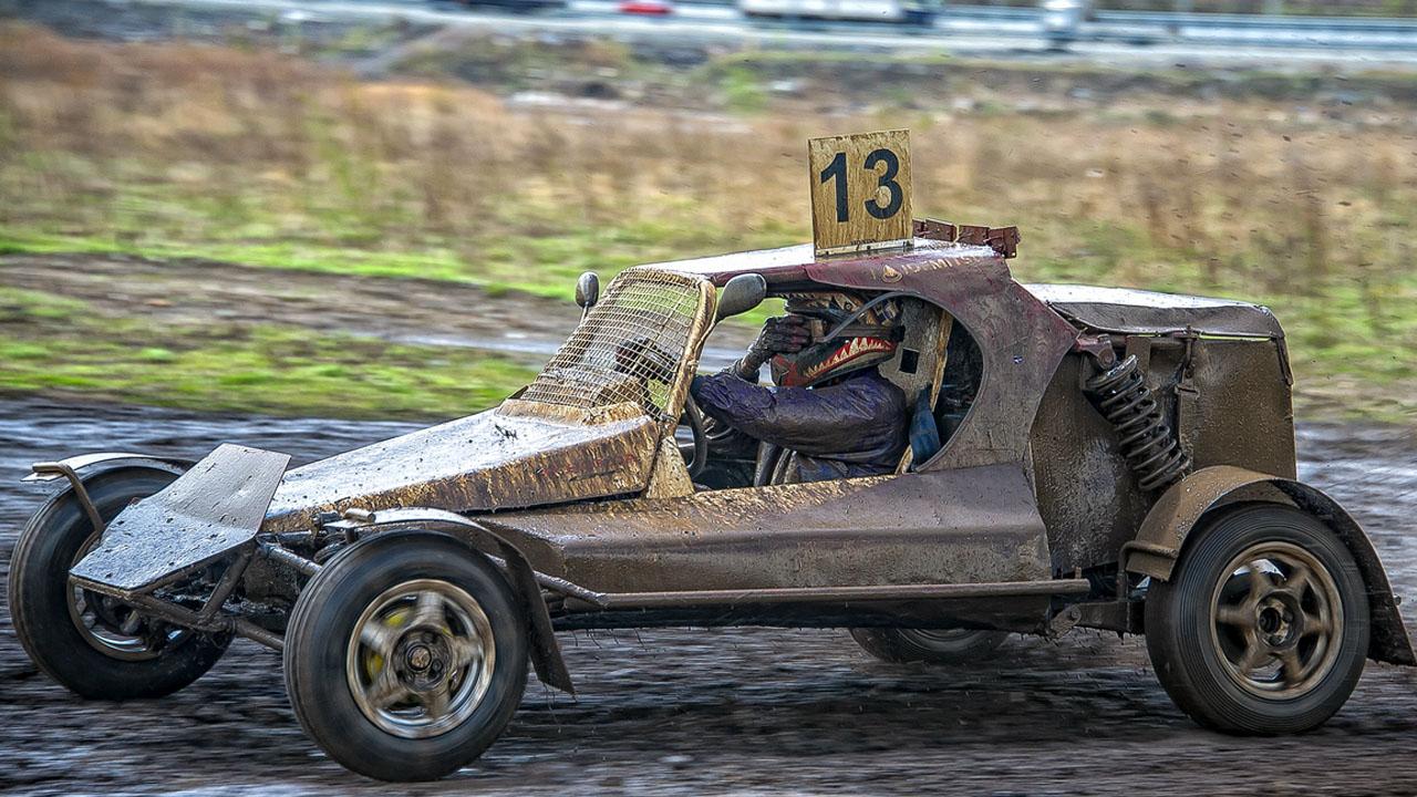 гонщик весь в болоте