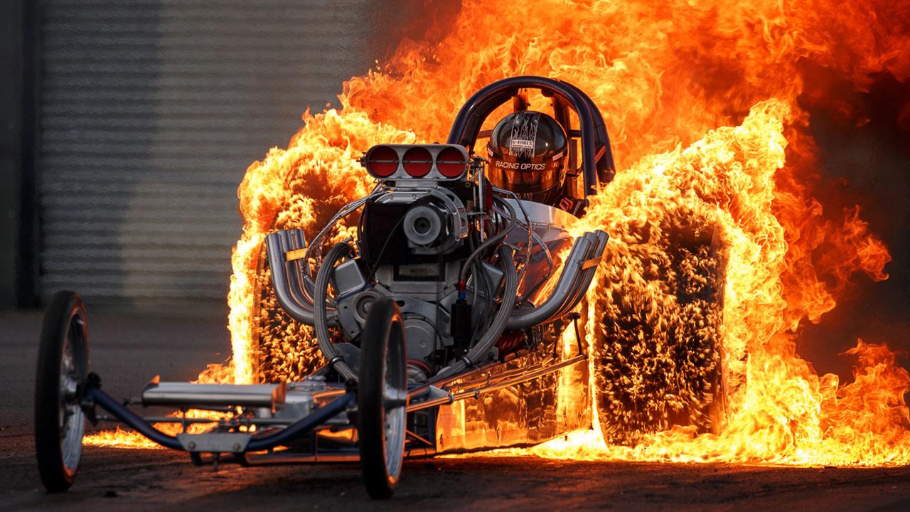 гонщик полыхает в огне