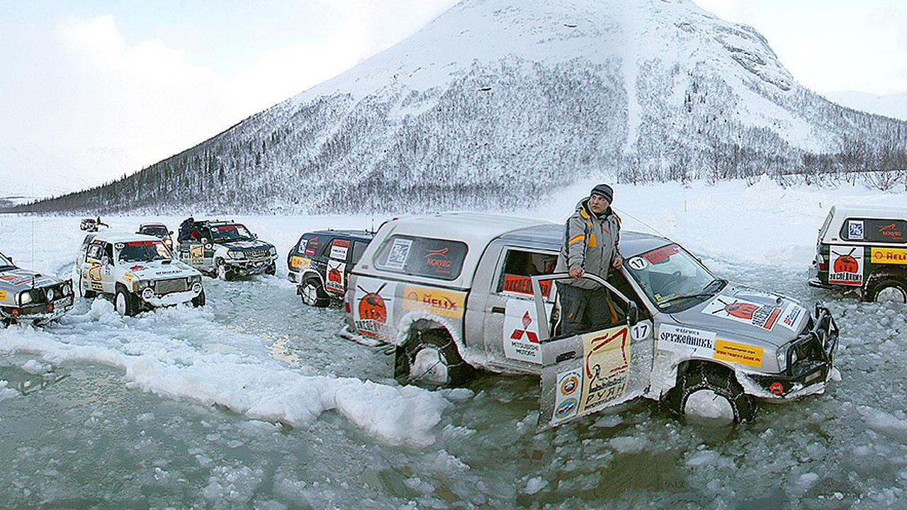 Машины падают под лед
