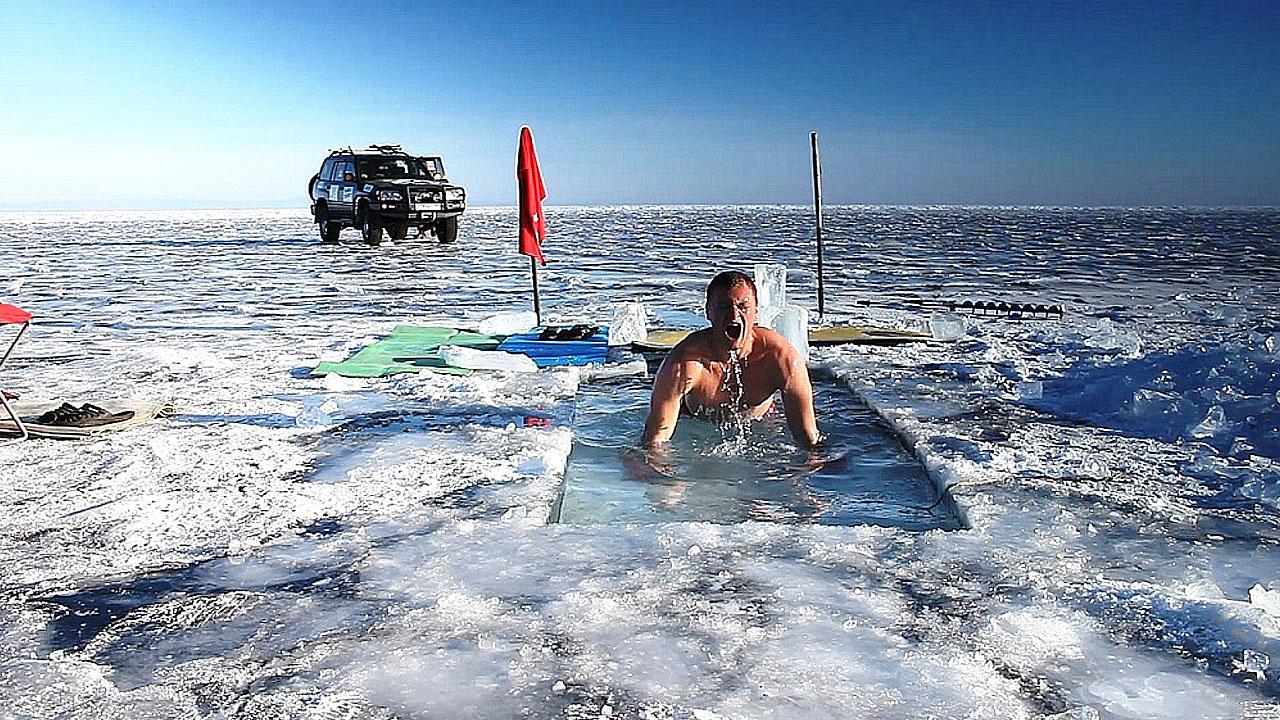 Гонщик купается во льду