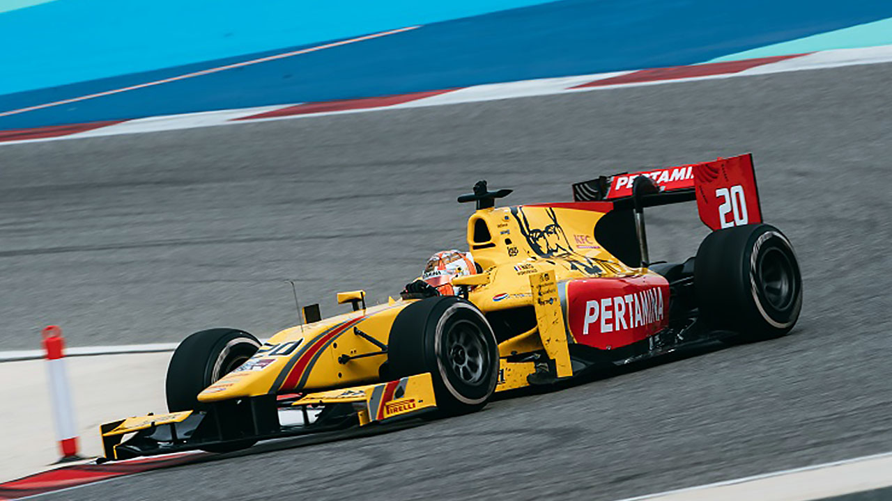Красно-желтая гоночная машина