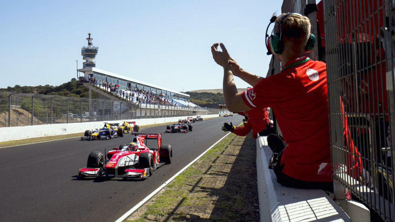 Команда аплодирует гонщику