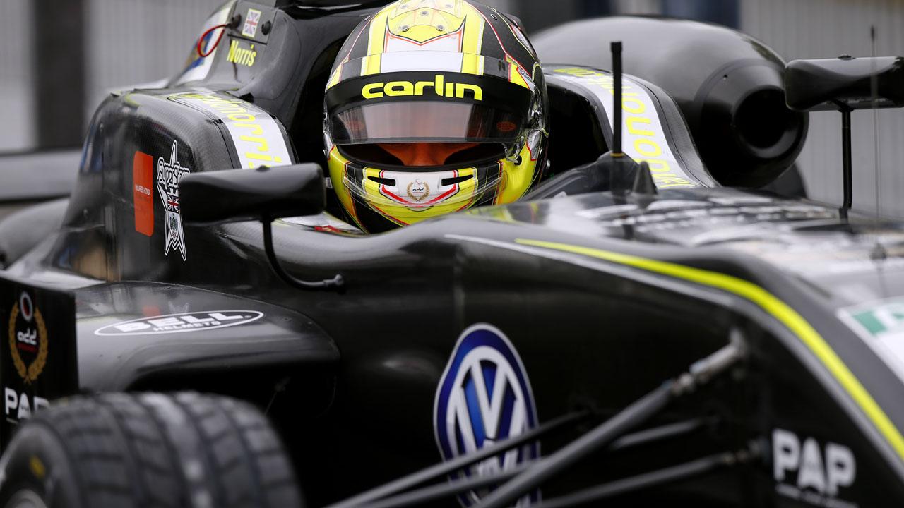 автогонщик в шлеме