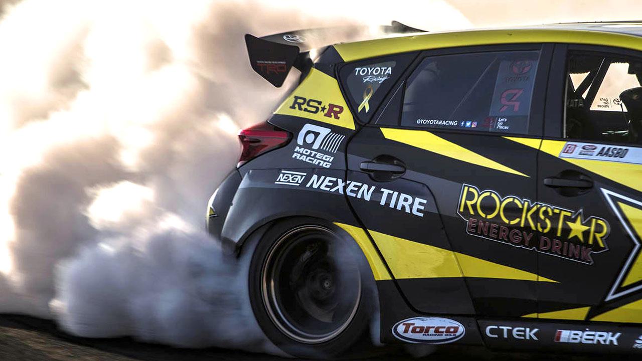 густой дым из-под колёс
