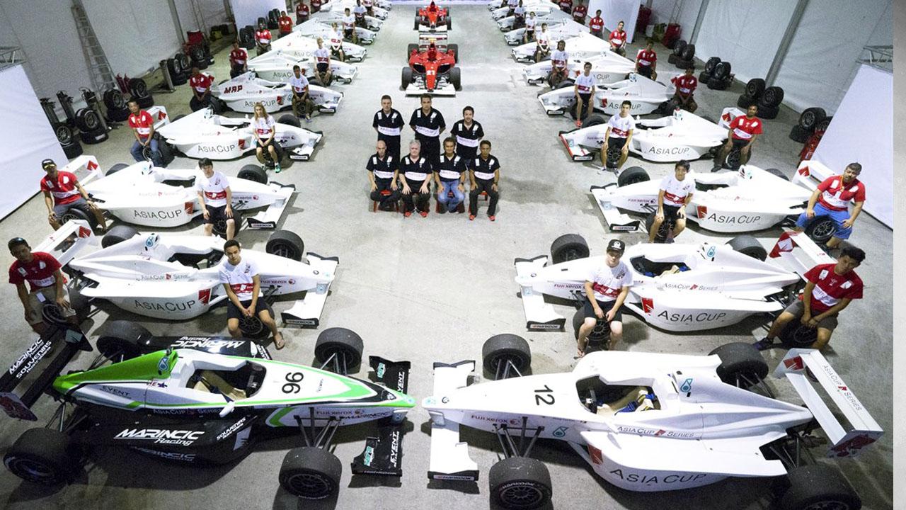 гонщики и болиды в гараже
