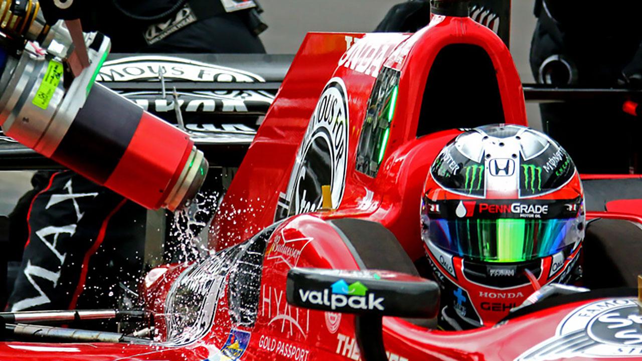 гонщик в красном болиде