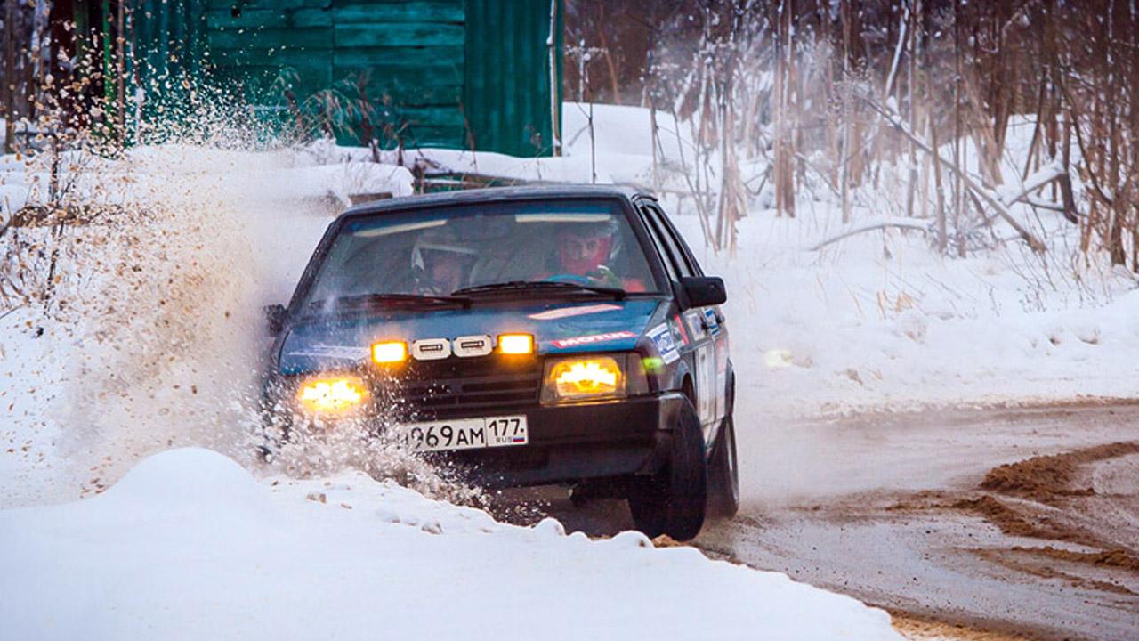 Машина влетела в снежный сугроб