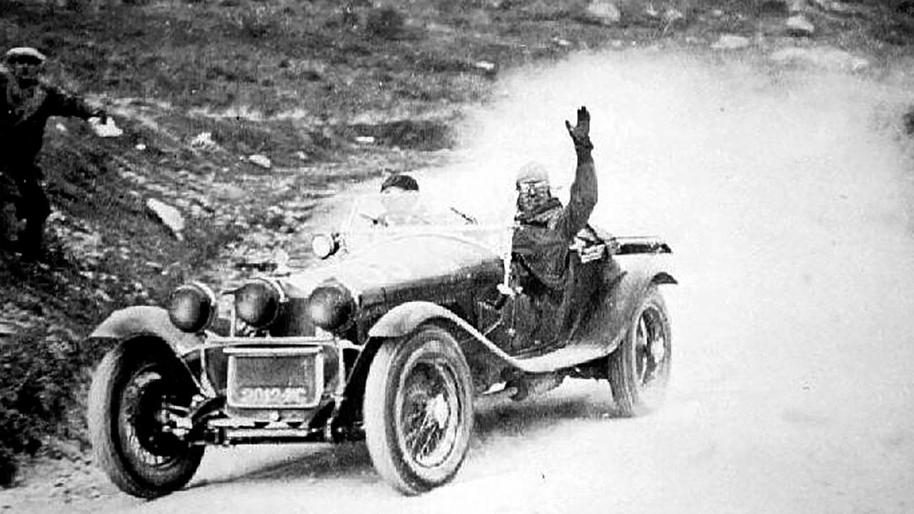 гонщик приветствует зрителей