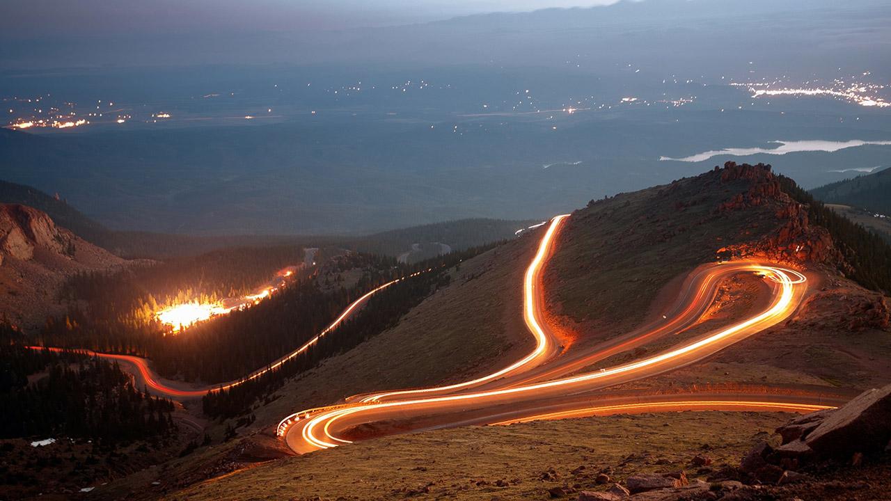 габаритные огни фар на дороге