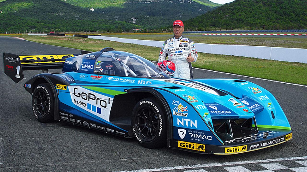 гонщик рядом с авто