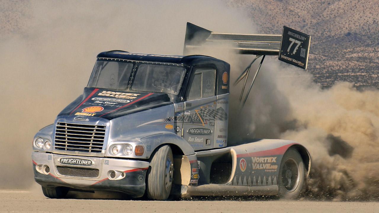 грузовик в песке