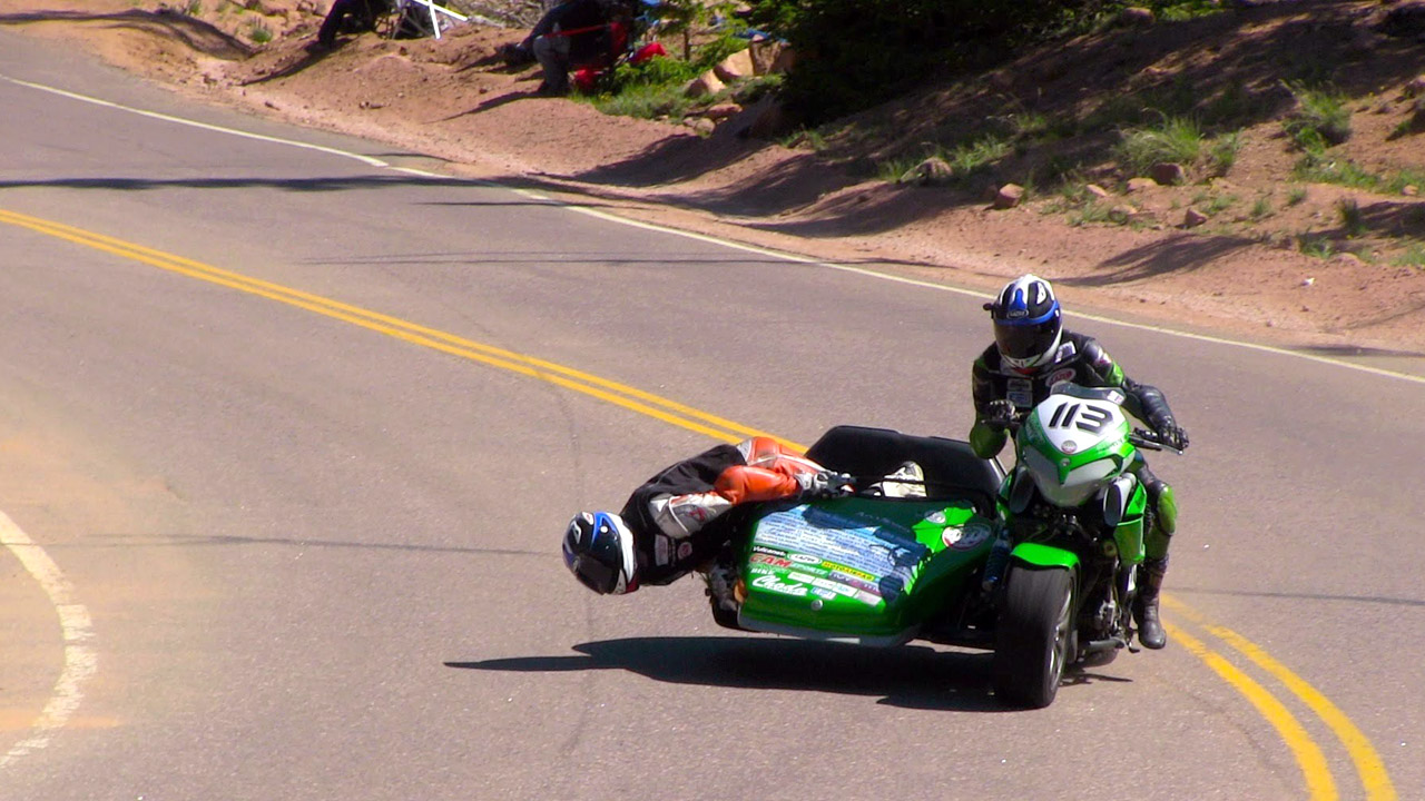 гонщики на мотоцикле с каляской