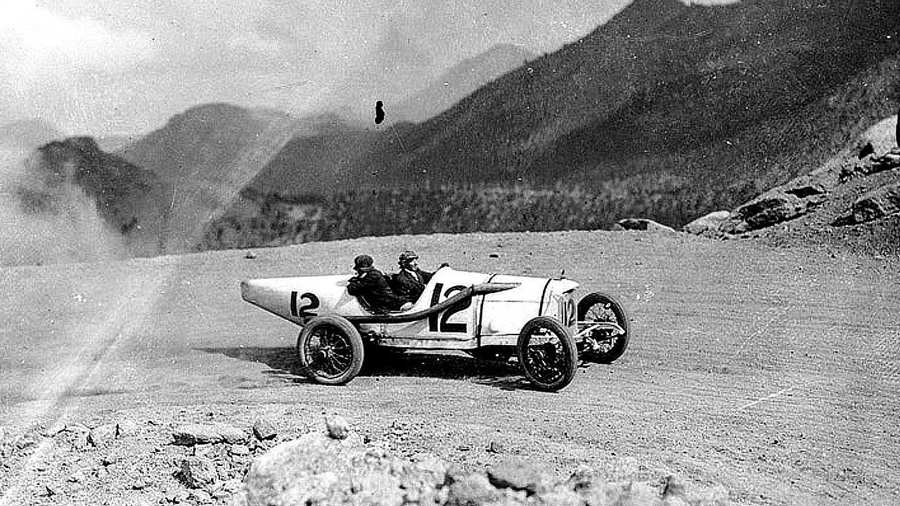 старый гоночный автомобиль на подъеме