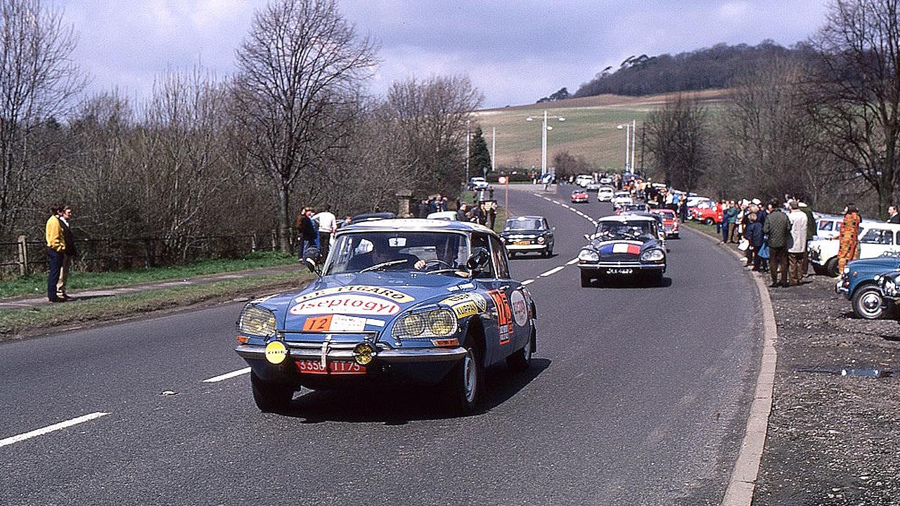 Старые машины в гонке