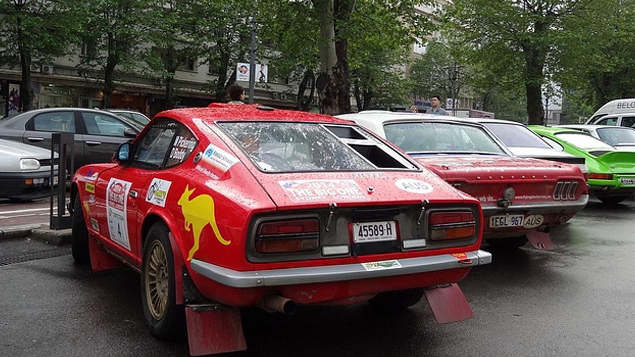 Две красные машины