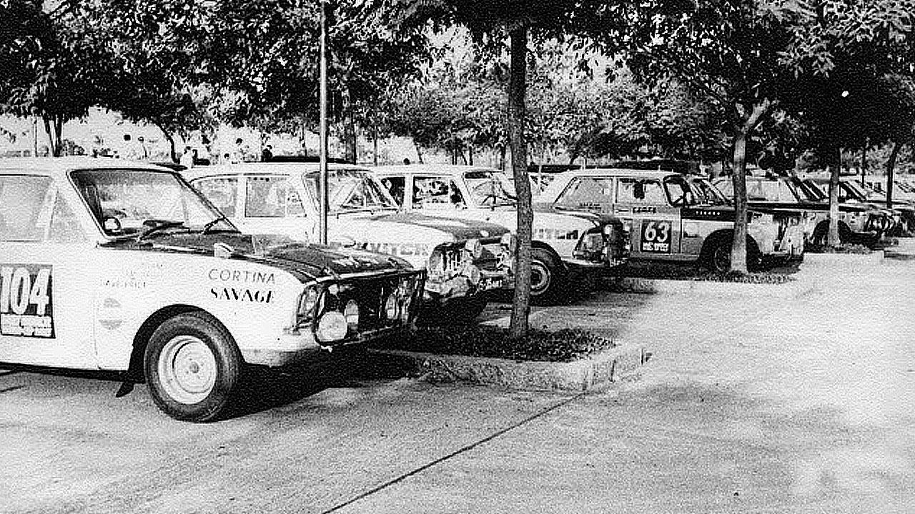 Старое фото гоночных машин