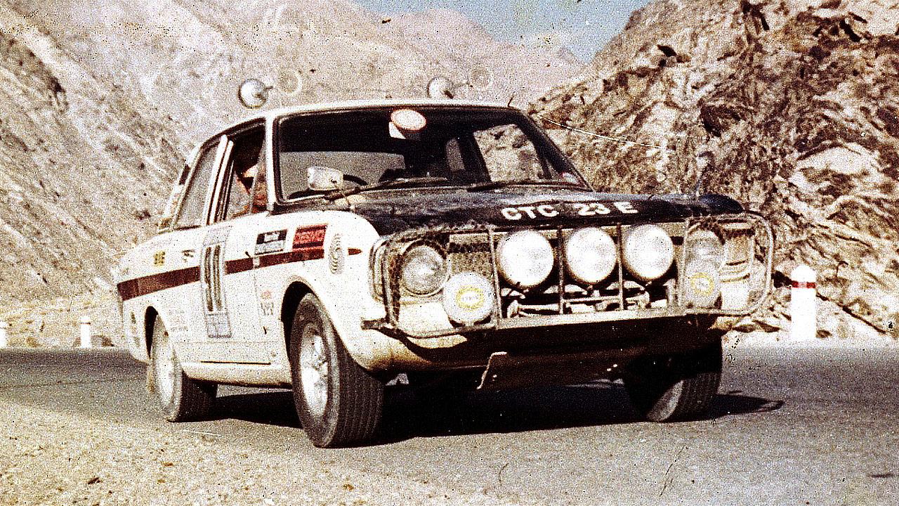 Белая машина в горах