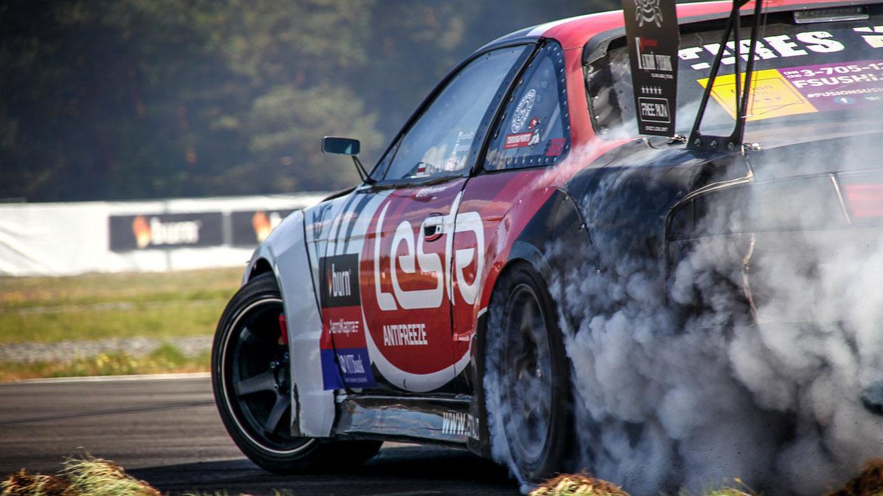 чёрный дым из-под колёс