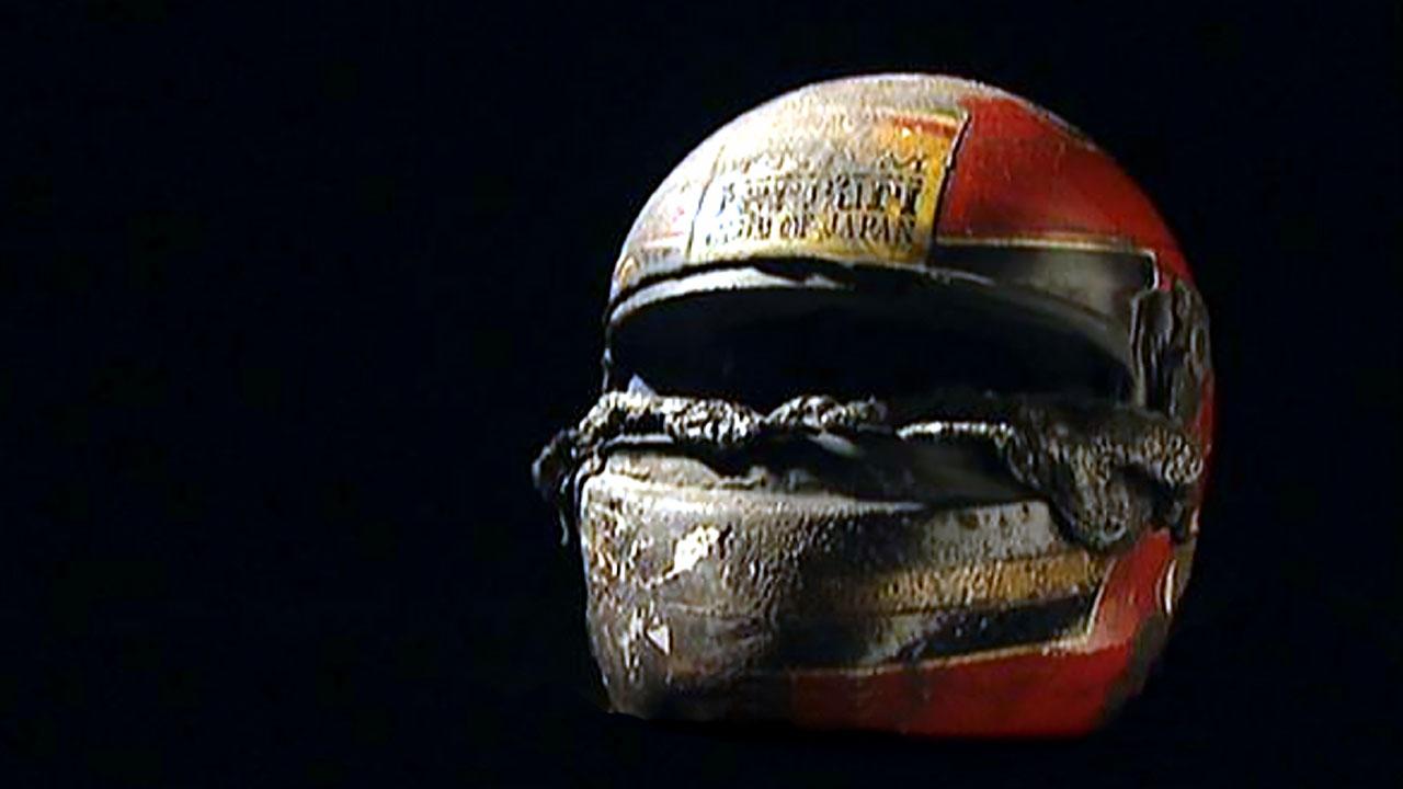 обгоревший гоночный шлем
