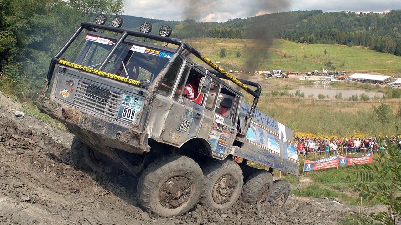 восьмиколёсный грузовик