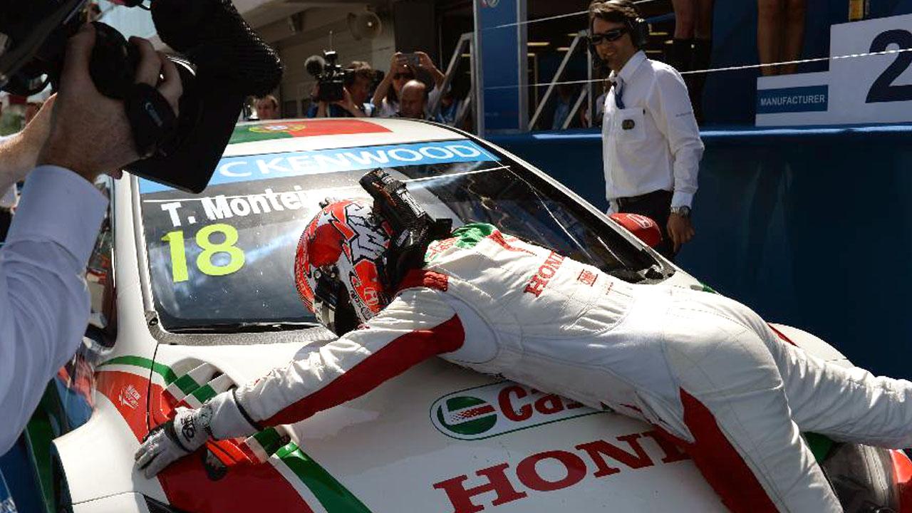 гонщик обнимает свою машину