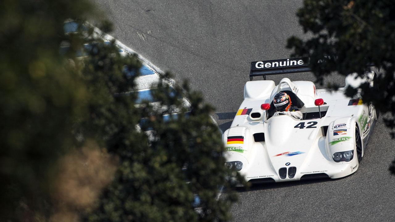 гонщик в белом спортивном бмв