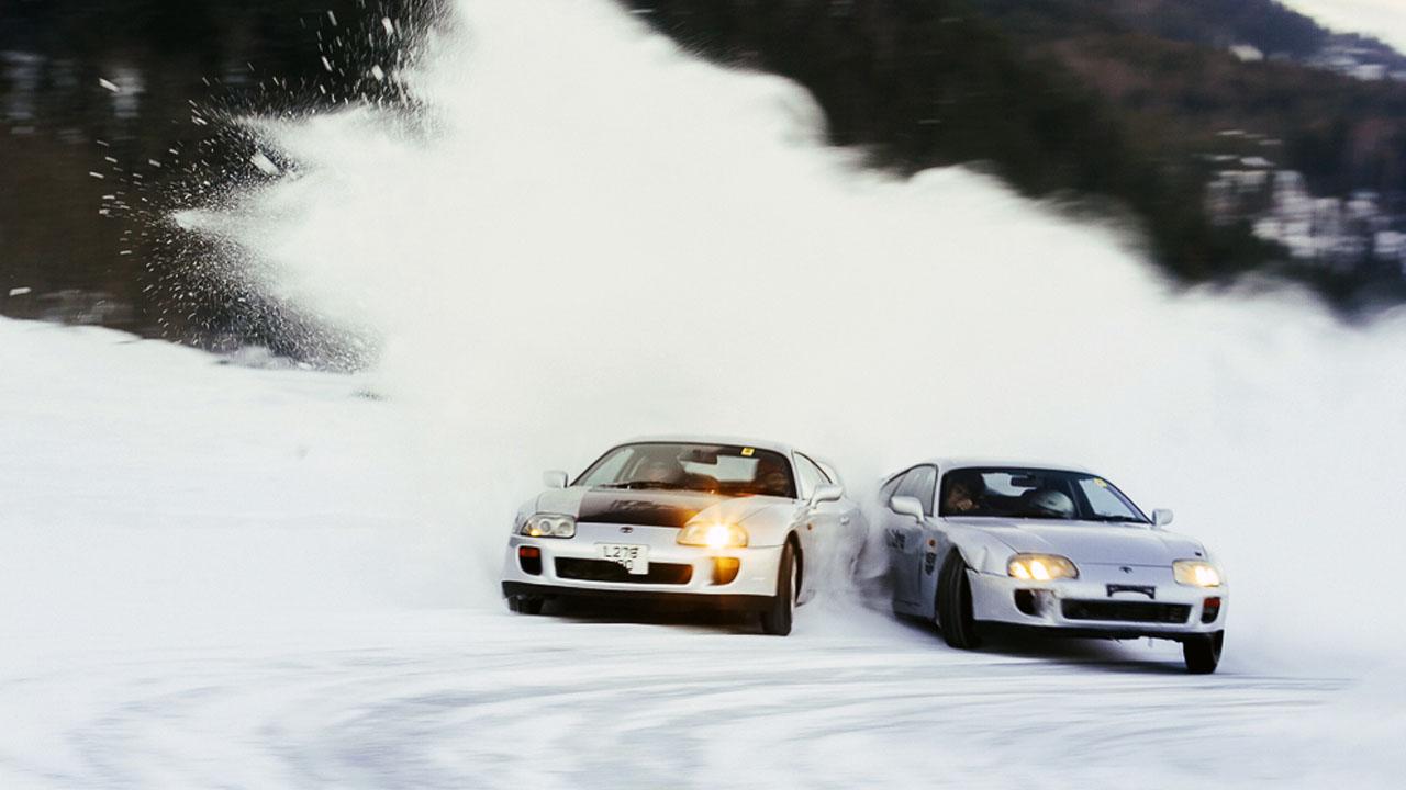 две машины на снегу