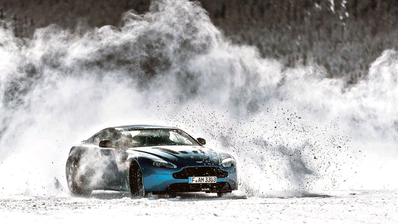 скользит на машине по снегу