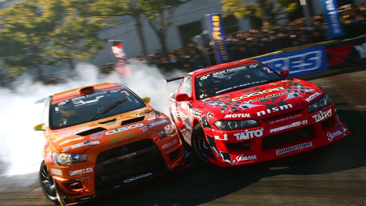 оранжевая и красная машина соревнуются
