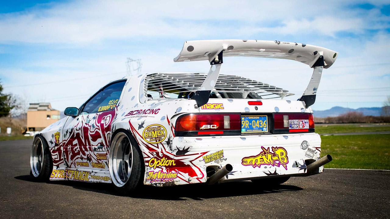 разрисованный дрифтовый автомобиль