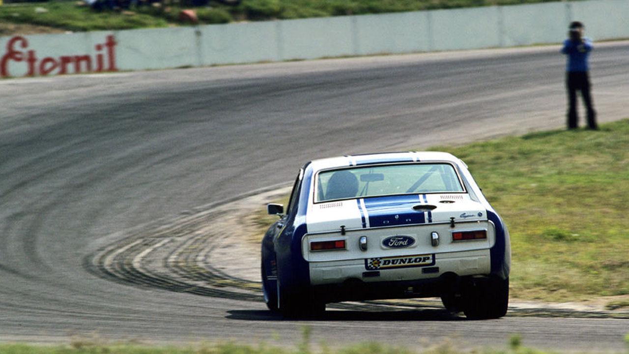 ford входит в поворот