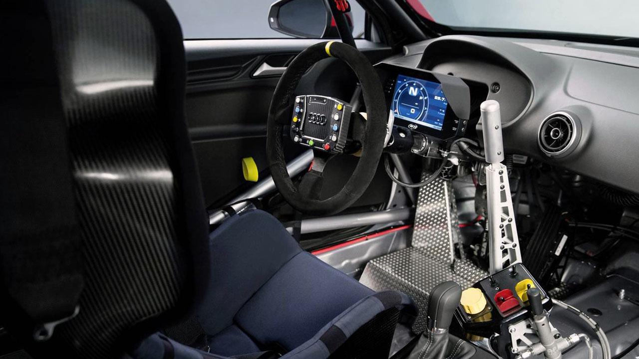 салон гоночного авто