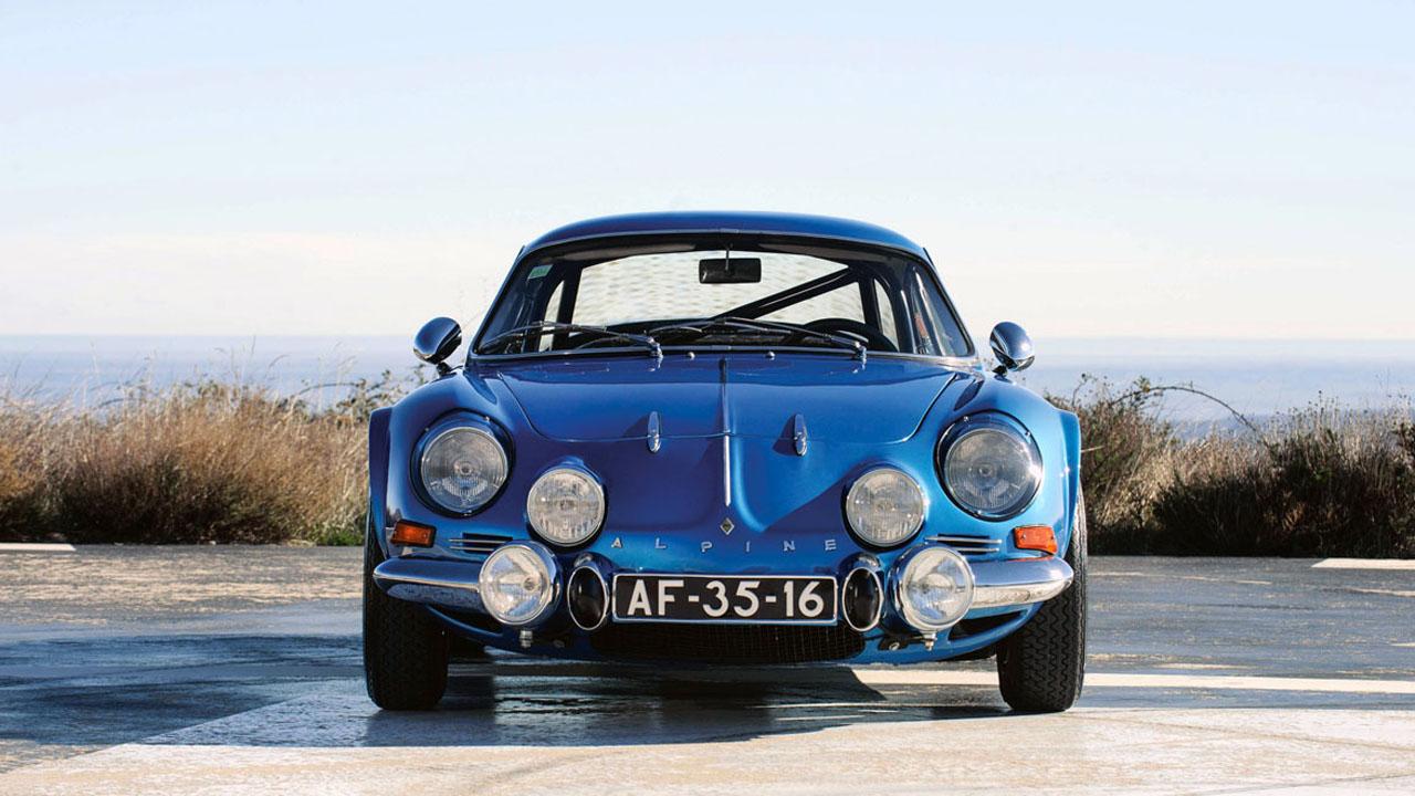 Синяя машина с шестью фарами