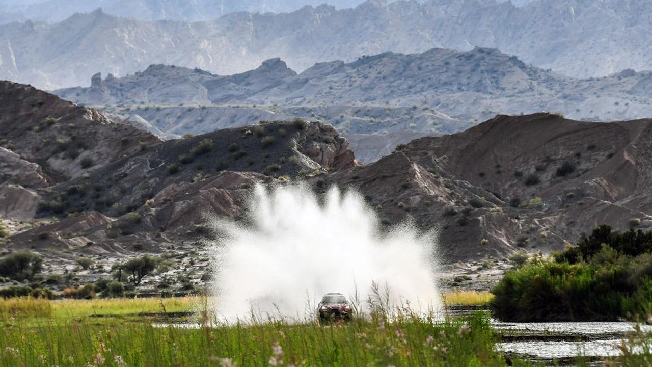 Всплеск воды от проезжающей машины