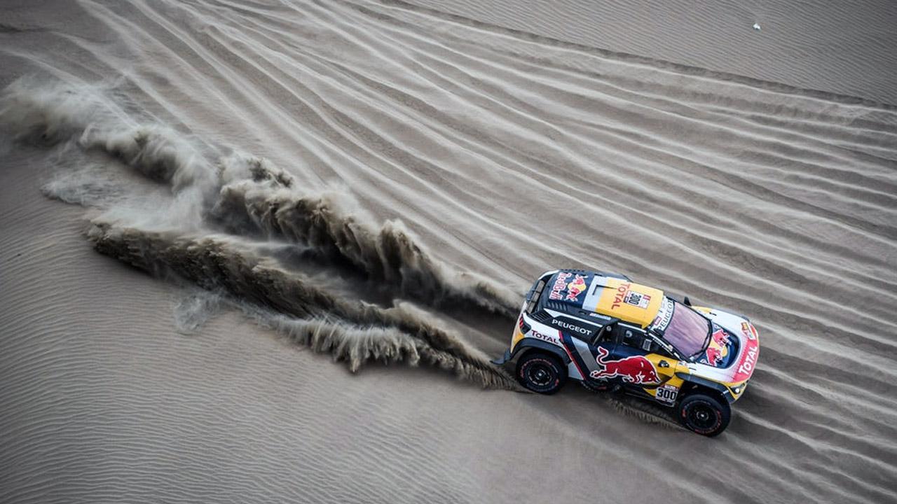 Раллийная машина в пустыне