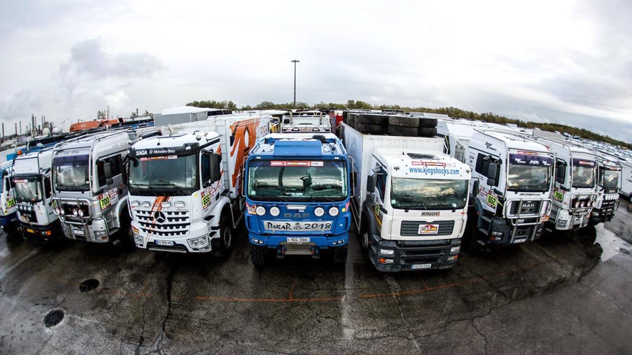 Раллийные грузовики на стоянке