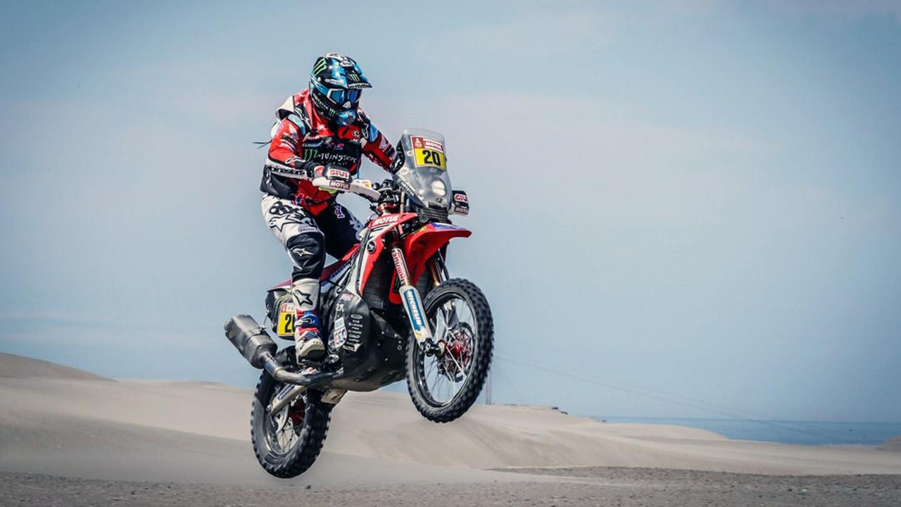 Мотогонщик в пустыне