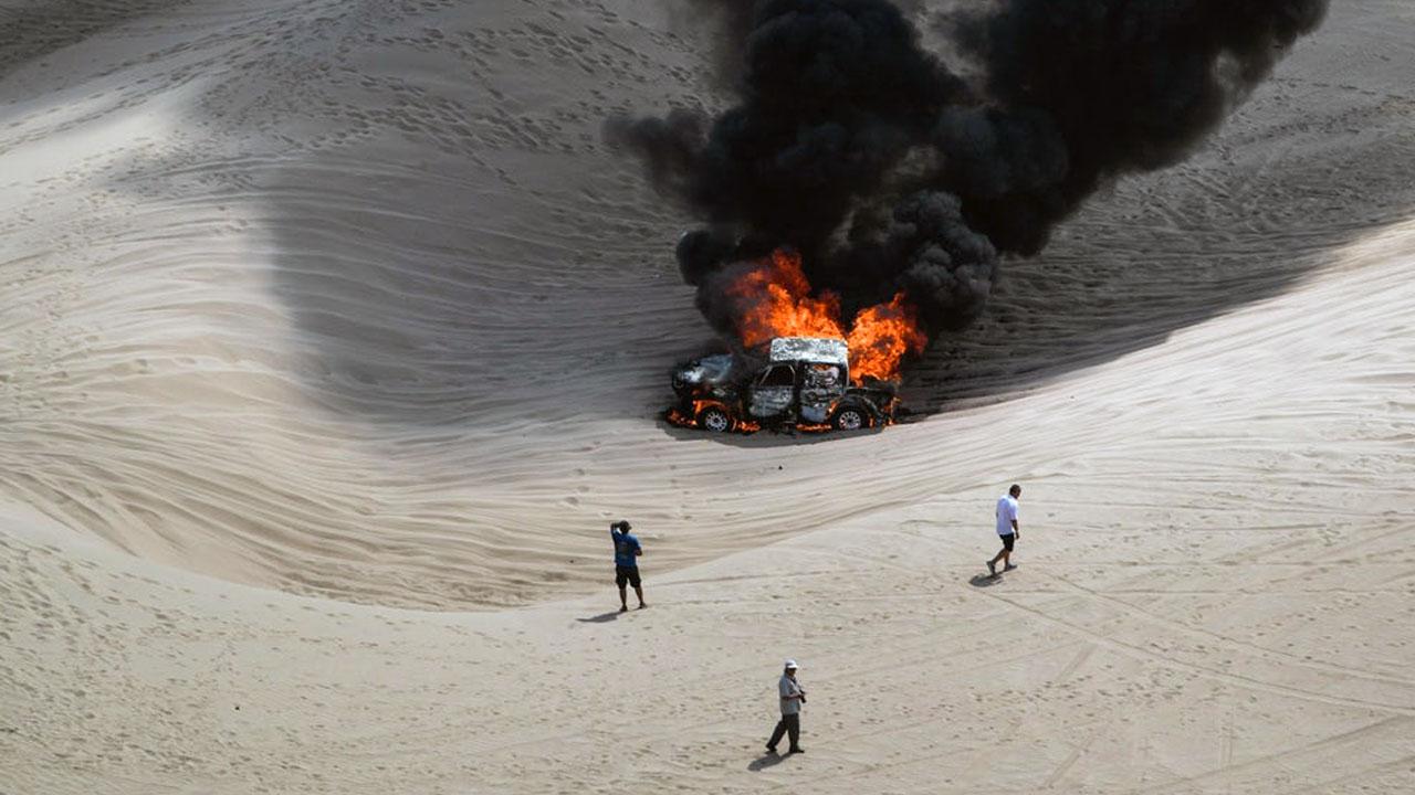 Авто горит в пустыне