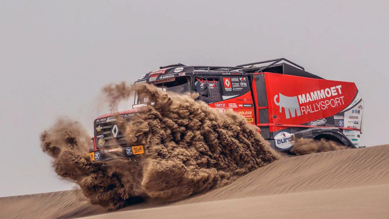 Красночерный грузовик в пустыне