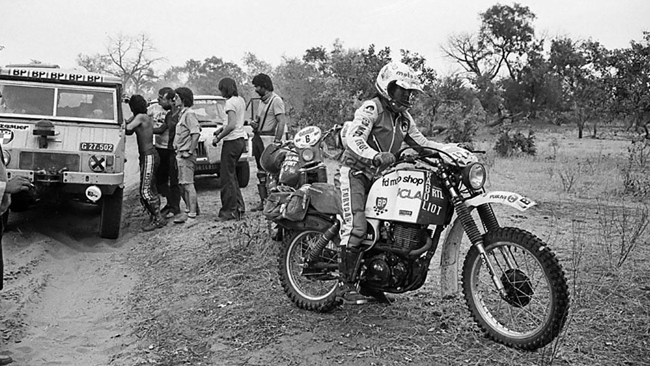 ЧБ раллийный мотоцикл и грузовик