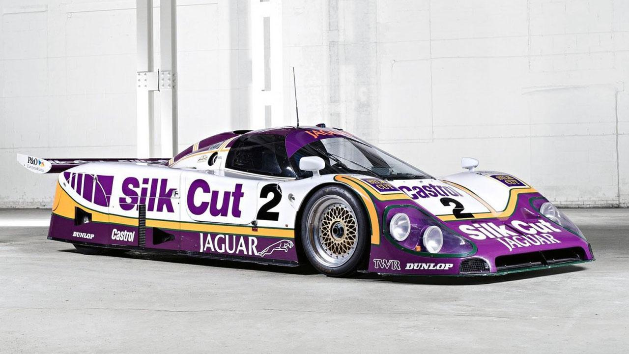 Бело-фиолетовая машина на светлом фоне