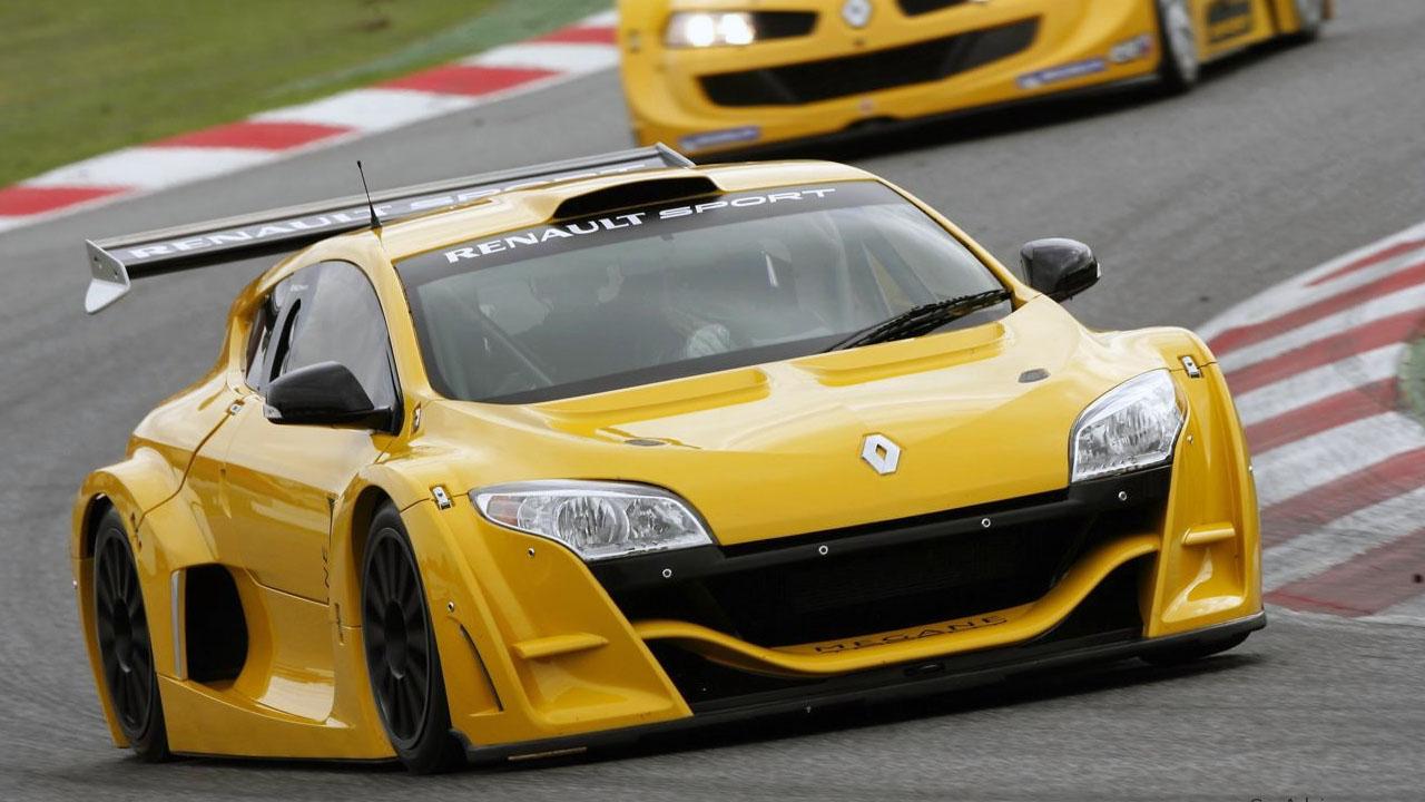 желтая машина входит в поворот