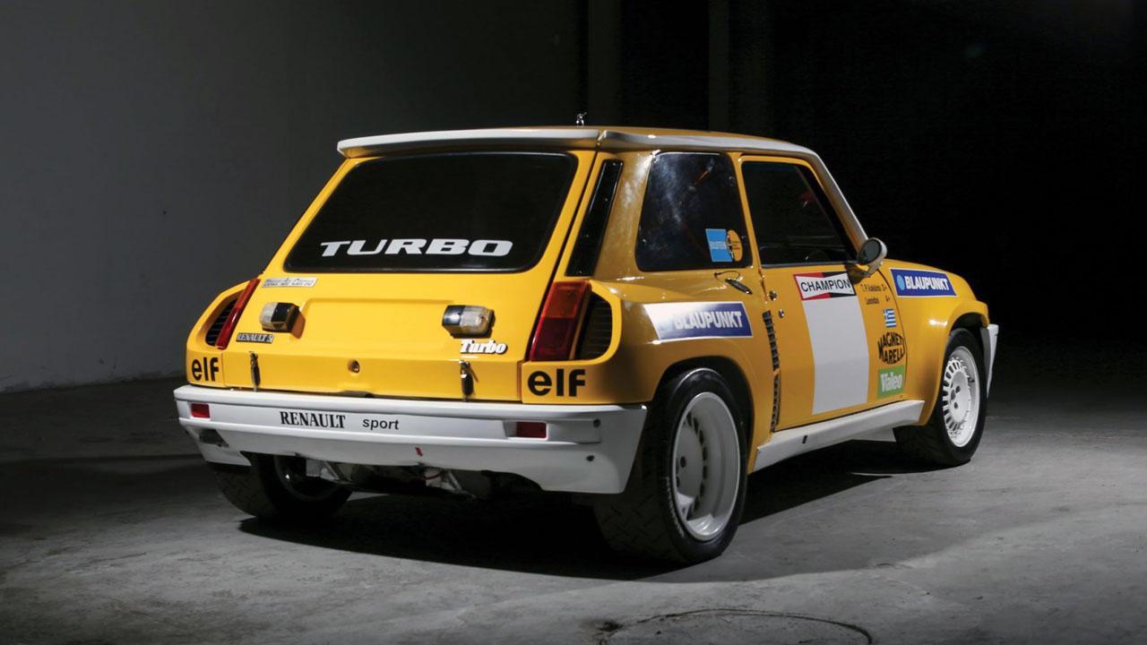 желтый автомобиль вид сзади