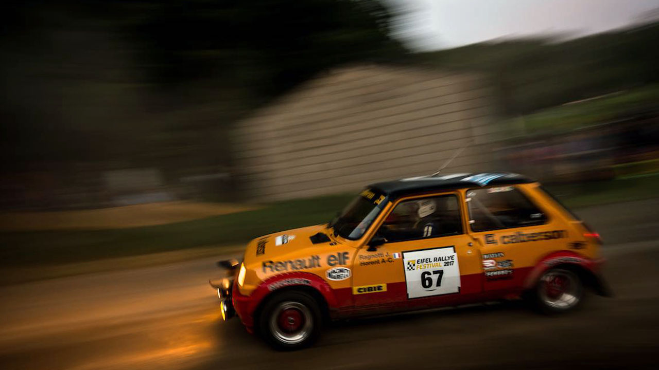 оранжевый автомобиль в движении